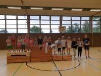 Siegerehrung mit allen Kindern und den Betreuer/innen Charlene Thumer, Chantalle Lampka und Sören Akkermann (rechts